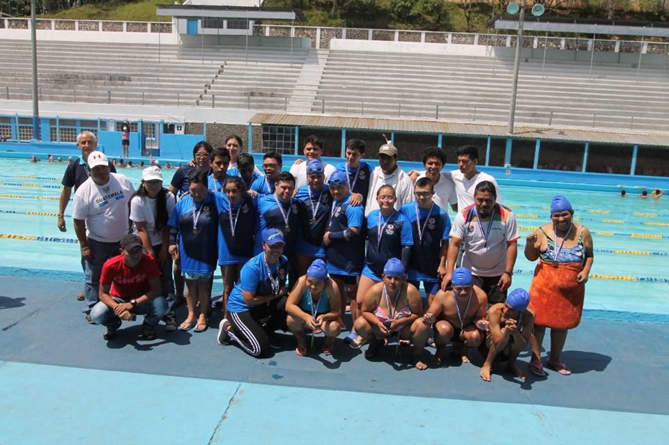 Niños y jóvenes con discapacidad participan en competencia de natación
