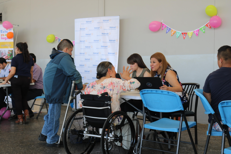 Guatemaltecos con discapacidad asisten a feria de empleo inclusiva de la capital