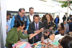 Director del CONADI conociendo los productos.